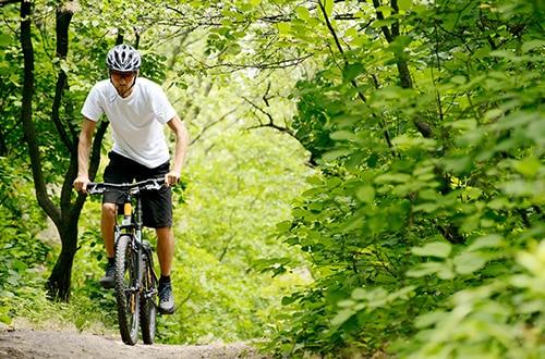 147174008_homem_bicicleta_trilha